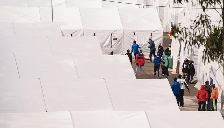 Migranten im Aufnahmelager Las Raíces auf Teneriffa: Die illegal eingereisten Afrikaner möchten unbedingt auf das europäische Festland gelangen. Foto: EFE