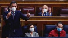 Pedro Sánchez am 17. März im Abgeordnetenkongress, wo er sich einen harten Schlagabtausch mit Oppositionsführer Pablo Casado(PP)lieferte. Neben ihm sitzen Vizepräsidentin Carmen Calvo und Pablo Iglesias. Foto: efe