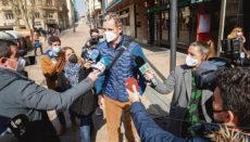 """Iñaki Urdangarin wurde an seinem ersten Arbeitstag am Eingang zu der Kanzlei """"Imaz & Asociados""""von Reportern empfangen. Foto: EFE"""