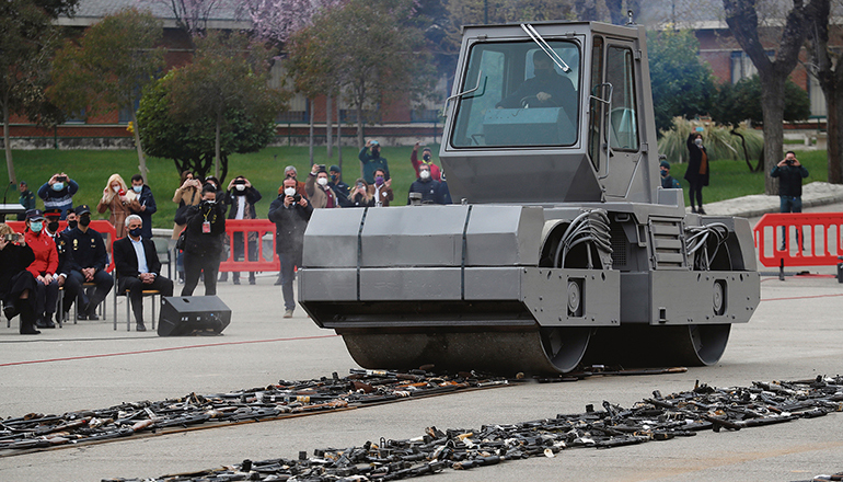 Eine Straßenwalze zerstörte die Waffen, die den ETA und GRAPO-Terroristen abgenommen worden waren.