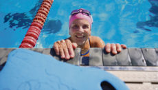 """""""Wasserratte"""" mit 83: Mercedes Rodríguez trainiert regelmäßig im Schwimmbad in Santa Cruz. Foto: EFE"""