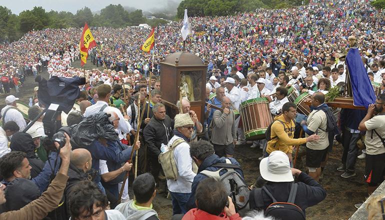"""Großveranstaltungen und Menschenaufläufe, wie bei diesem Fest auf ElHierro (hier die """"Bajada 2017"""") üblich, sind aktuell undenkbar. Foto: efe"""