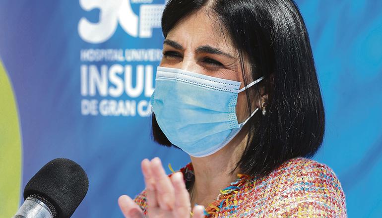 """Gesundheitsministerin Carolina Darias rief die Bevölkerung zu """"maximalem Vertrauen"""" in die Impfungen und die Einschätzungen der Experten auf. Auch auf den Kanaren hat die durch AstraZeneca verursachte Änderung des Impfplans Verunsicherung hervorgerufen. """"Alle Impfungen sind sicher und wirksam, wofür die Europäische Arzneimittel-Agentur bürgt"""", erklärte Darias in Las Palmas de Gran Canaria, wo sie das Impfzentrum in der Universitätsklinik Hospital Insular besuchte. Foto: EFE"""