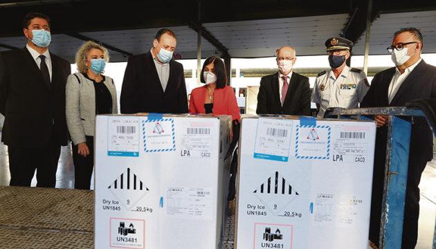 Vertrauen in Impfplan:Ministerin Carolina Darias in Begleitung von Inselpolitikern am 12. April auf dem Flughafen von Gran Canaria, wo eine neue Lieferung von Impfdosen von BioNTech Pfizer eintraf. Foto: efe