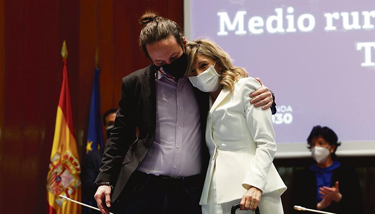 """Yolanda Díaz (hier mit Pablo Iglesias bei der Amtsübergabe) bezeichnete die Äußerung von Diego Movellán von der PP über die Aufstiegschancen von Frauen in ihrer Partei als """"machismo""""und forderte den Oppositionspolitiker auf, diese zurückzunehmen.Foto: EFE"""