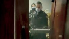 Polizisten beim Stürmen einer Wohnung Foto: efe