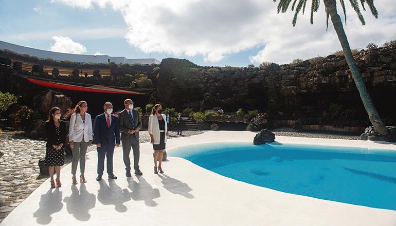 """Reyes Maroto (2. v. l. ) stellte in Jameos del Agua die neue """"Strategie für nachhaltige Urlaubsdestinationen"""" vor. Foto: efe"""