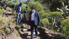 Zu den ersten Besuchern gehörte Cabildo-Präsident Pedro Martín, der zusammen mit anderen Politikern zur Wiedereinweihung nach Masca kam. Foto: Moisés Pérez