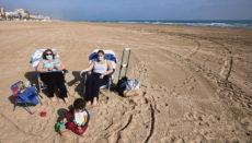 Sonnen mit Maske am Strand von Gandía, Valencia Foto: EFE