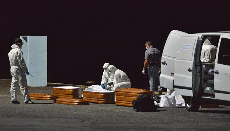 Die vier Toten wurden mit dem Seenotrettungskreuzer Salvamar Adhara in den Hafen La Restinga im Süden El Hierros gebracht. Foto: EFE