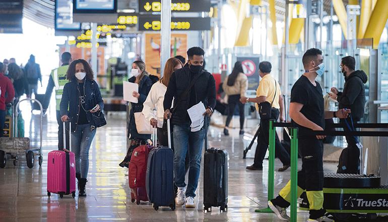 Fluggäste auf dem Weg zum Gate. Noch müssen negative Corona-Testergebnisse vorgelegt werden. Foto: EFE