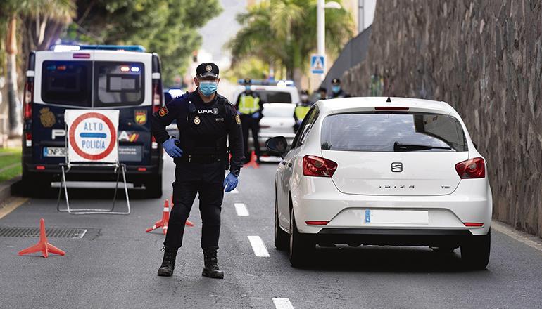 Polizeikontrolle nach der Verhängung des Alarmzustands im Frühjahr 2020 Foto: EFE