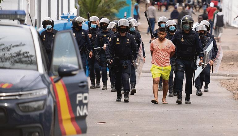 Nachdem die Polizei die Prügelei, unter anderem unter Einsatz von Gummigeschossen, beendet hatte, wurden acht Männer festgenommen. Fotos: EFE