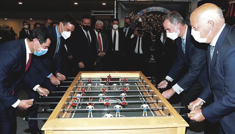 Im Museum des Fußballstadions von Sevilla spielten Ministerpräsident Sánchez und König Felipe eine Runde Kicker, kurz vor Beginn des Endspiels um den Königscup, den sich der FC Barcelona mit einem 4:0 holte. Foto: EFE