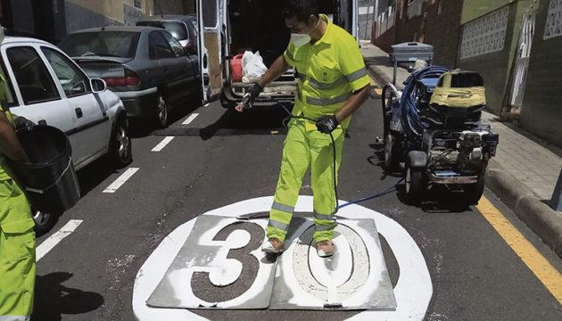 In La Laguna wurde schon Mitte April damit begonnen, die mehr als 1.000 Verkehrszeichen zu verändern. Foto: Ayuntamiento de La Laguna