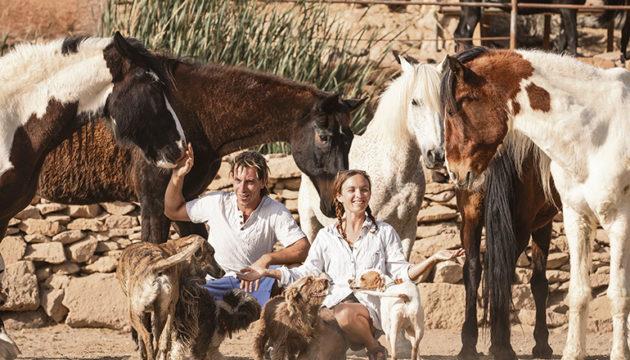 Emma und Edo mit einigen Tieren auf ihrer Finca. Fotos: Lea Klier