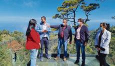 Vertreter des Cabildos am Aussichtspunkt von Izcagua, wo der Startplatz der Seilrutsche vorgesehen ist. Foto: cabildo de la palma