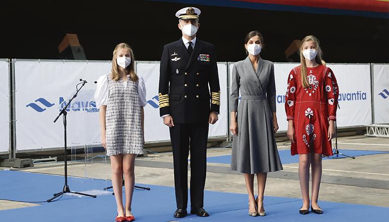 König Felipe VI. in der Uniform des Oberbefehlshabers der spanischen Marine mit Königin Letizia und ihren beiden Töchtern Prinzessin Leonor (l.) und Princessin Sofía (r.) Foto EFE