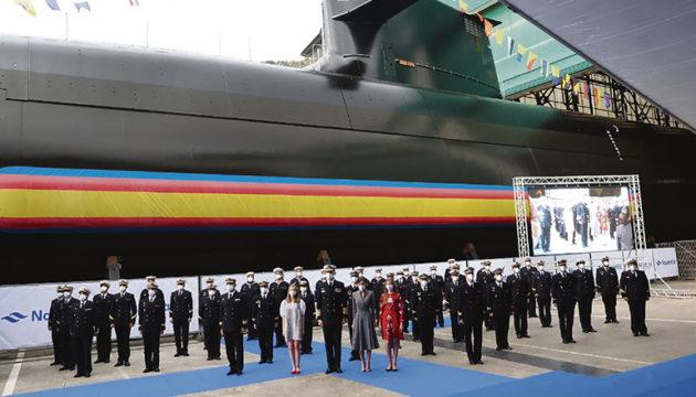 """König Felipe VI. mit Kronprinzessin Leonor und der U-Boot-Besatzung vor der über 80 Meter langen S-81 """"Isaac Peral"""" in der Werft Navantia in Cartagena, Murcia Foto EFE"""
