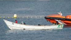 Die Seenotrettung hat alle Hände voll zu tun, die Insassen der Pateras sicher an Land zu bringen. Trotz aller Bemühungen fordert die Kanarenroute viele Todesopfer. Foto: EFE