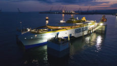 Der neue Trimaran für Fred. Olsen Express wurde in der Austral-Werft auf den Philippinen gebaut und als erstes Schiff mit dem neuen schwimmenden Trockendock Hercules zu Wasser gelassen. Foto: Fred. Olsen