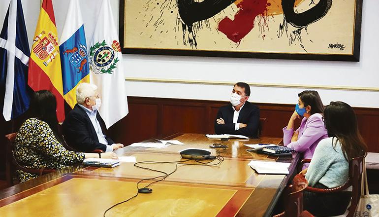Besorgnis im Rathaus: Der Bürgermeister von Santa Cruz de Tenerife, José Manuel Bermúdez, traf sich im Laufe der letzten Wochen mit Vertretern verschiedener NGOs. Am 18. Mai fand ein Treffen mit dem Präsident von Bancoteide, Hernán Cerón, statt, in dem beschlossen wurde, Behörden zur Hilfeleistung aufzurufen. Foto: ayuntamiento de santa cruz de tenerife