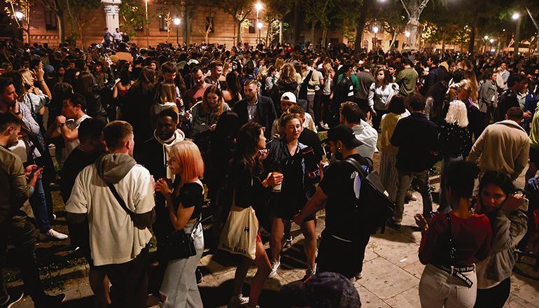 In Barcelona gingen in der ersten Nacht nach dem Ende der Ausgangssperre Tausende auf die Straße, um zu feiern. Foto: EFE