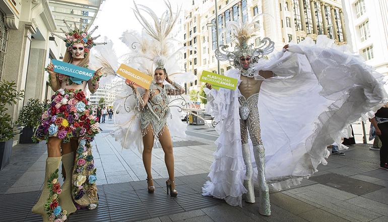 Die Karnevalskönigin Minerva Hernández warb mit den Drag-Queens Vanderbilt und Sethlas im Zentrum von Madrid für den Karneval von Las Palmas de Gran Canaria. Foto: Ayto LPGC