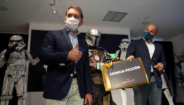 Bürgermeister José Manuel Bermúdez (l.) und Stadtrat Alfonso Cabello öffneten den Umschlag und gaben das Motto für den nächsten Karneval bekannt. Foto EFE