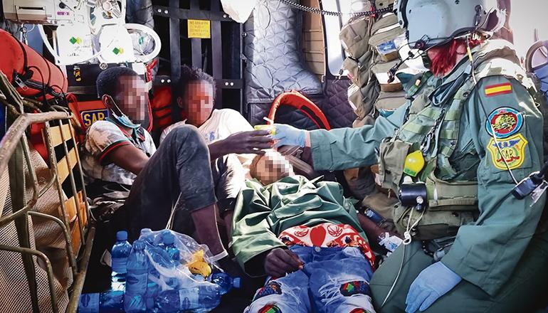 Die drei Überlebenden in dem Helikopter, dessen Besatzung sie aus dem Unglücksboot gerettet und nach Teneriffa gebracht hat. Foto: EFE