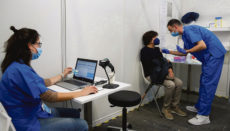Impfung in einem der großen Impfzentren in Spanien Foto: EFE