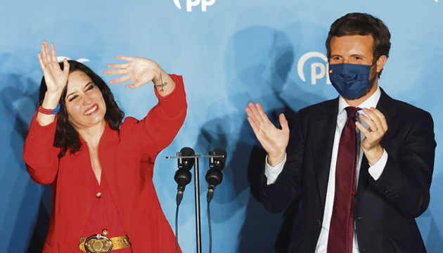 Zwei Augenblicke der Wahlnacht, als Isabel Díaz Ayuso mit dem Parteivorsitzenden Pablo Casado den überwältigenden Wahlsieg feierte Foto: efe