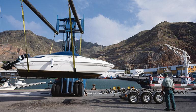 Die Kriminalpolizei ließ das Boot von Tomás Gimeno für weitere Untersuchungen abtransportieren. Foto: EFE