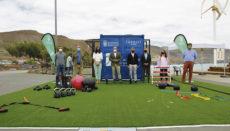 Sport-Stadtrat Aridany Romero präsentierte den mobilen Fitness-Würfel gemeinsam mit dem Stadtrat des Ortsteils Isleta-Puerto-Guanarteme, der Leiterin des IMD und dem Vizepräsidenten der Berufsgenossenschaft der Sporttrainer. Foto: Ayuntamiento de las Palmas de Gran Canaria