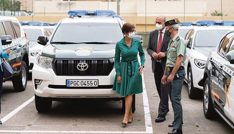 Die Generaldirektorin der Guardia Civil, María Gámez, präsentierte gemeinsam mit dem Gesandten der spanischen Regierung, Anselmo Pestana, und dem Oberkommandierenden der auf den Kanaren stationierten Einheiten, Juan Miguel Arribas, die neuen Pkws, SUVs und Geländewagen für die Guardia Civil der beiden kanarischen Provinzen. Foto: EFE