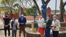 Bürgermeister Luis Yeray Gutiérrez (3.v.l.) und Städträtin Elvira Jorge (3.v.r.) enthüllten die Tafel am Sockel des Denkmals im Beisein des Künstlers Ibrahim Hernández und drei Frauen, die schon als junge Mädchen als Lavanderas arbeiteten. Foto: efe