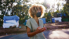 Louelia Mint El Mamy im Migrantenlager vor dem Aufnahmezentrum in Las Raíces. Sie vertritt als Anwältin die Interessen von illegal eingereisten Migranten. Foto EFE