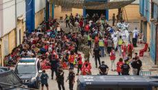 Unter geradezu chaotischen Bedingungen werden die vielen unbegleiteten minderjährigen Migranten auf Corona getestet und registriert. In einer Halle auf einem Industriegelände warten auch Tage nach der Grenzüberquerung noch rund 500 Minderjährige auf die Registrierung. Foto: efe