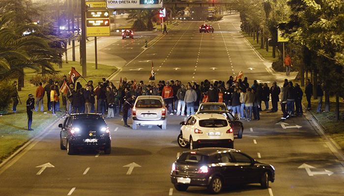 Ein Streikposten blockiert den Verkehr in Valencia. (Archivbild) Foto: efe