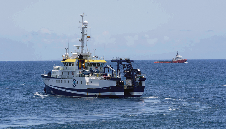 """Das Forschungsschiff """"Ángeles Alvariño"""" sucht seit mehr als 20 Tagen den Meeresboden der Küste von Teneriffa ab. Am 10. Juni wurde von dem an Bord befindlichen Tauchroboter die Leiche der sechsjährigen Olivia aus 1.000 Metern Tiefe geborgen. Nach ihrer Schwester Anna (1) und ihrem Vater und Mörder, Tomás Gimeno (37), wird weiter gesucht. Foto: EFE"""
