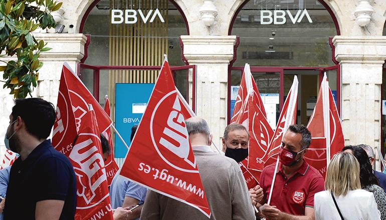 Streikende Angestellte mit Fahnen der Gewerkschaft UGT vor einer BBVA-Filiale Foto: EFE