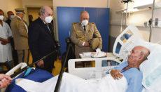 Seit Anfang Juni befindet sich Brahim Ghali wieder in Algerien in einem Militärkrankenhaus. Dort besuchten ihn der algerische Präsident, Abdelmayid Tebune (l.) und der Oberbefehlshaber der Streitkräfte, General Said Chengriha. Foto: EFE/Presidencia de la República de Argelia
