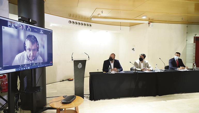 Cabildo-Präsident Pedro Martín (Mitte) stellte gemeinsam mit Enrique Arriaga, dem Präsidenten von Canalink (li) und Javier Álvarez, dem Direktor von Vodafone auf den Kanaren, sowie – per Videokonferenz zugeschaltet – dem Netzdirektor von Vodafone, Javier García, das Projekt des Unterseekabels 2Africa vor. Foto: Cabildo de Tenerife