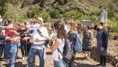 """Cabildo-Präsident Morales auf dem Camino de las Bestias – """"Weise Frauen"""", in der Arbeitskleidung der Landbevölkerung früherer Tage, berichteten von der alten Zeit. Foto: CABGC"""