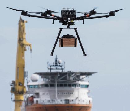 Alejandro Quintana, der das Projekt für Air Media 360 koordiniert, beschreibt die Drohneneinsätze im Vergleich zu dem Warentransport mit Schiffen als schneller und kostengünstiger. Fotos: efe