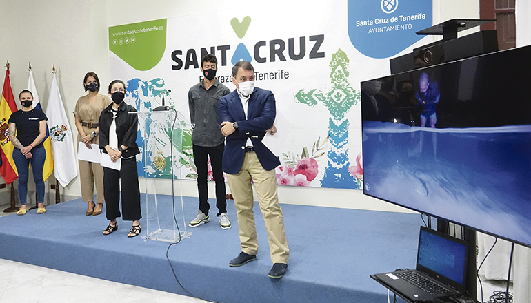 Bürgermeister José Manuel Bermúdez präsentierte den Kurzfilm von Felipe Ravina, der im Auftrag der Stadt und der Brauerei gedreht wurde. Foto: Ayuntamiento de Santa Cruz de Tenerife