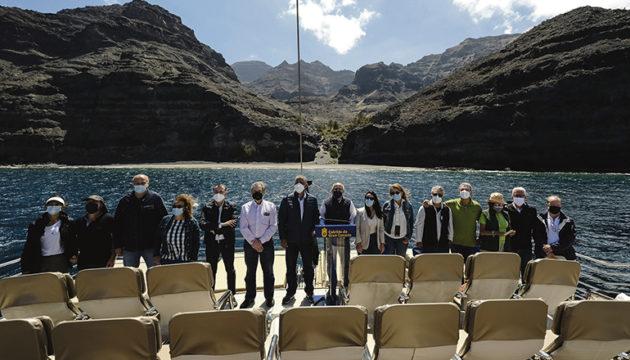 Antonio Morales und andere Mitglieder der Inselverwaltung präsentierten das neu erworbene Gebiet bei einem Bootsausflug. Das Naturschutzgebiet ist lediglich per Schiff oder nach einem anstrengenden Fußmarsch zu erreichen. Foto: efe