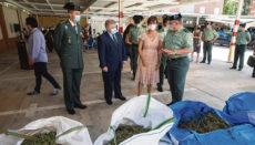 """Die Generaldirektorin der Guardia Civil, María Gámez, begutachtet in der Kommandantur in Murcia die im Zuge der Operation """"Overdose"""" beschlagnahmten Beweismittel. Foto: EFE"""