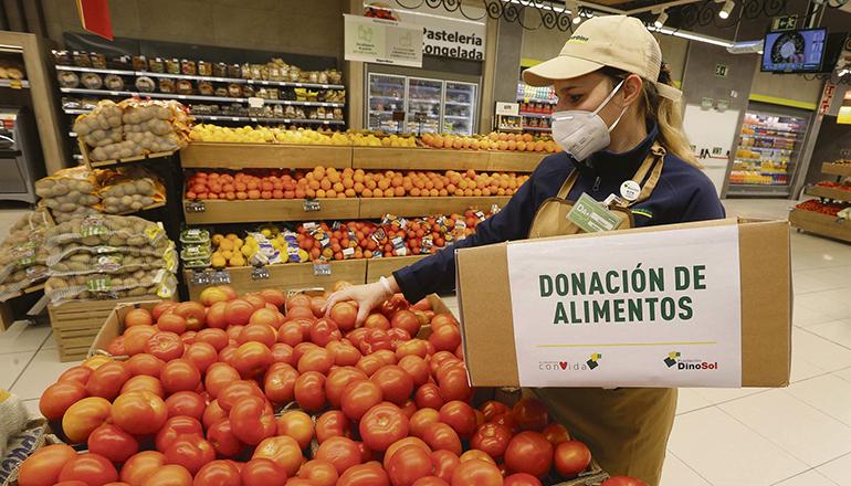 Eine Mitarbeiterin von HiperDino sortiert Lebensmittel aus, deren Haltbarkeit demnächst ausläuft. Foto: HiperDino
