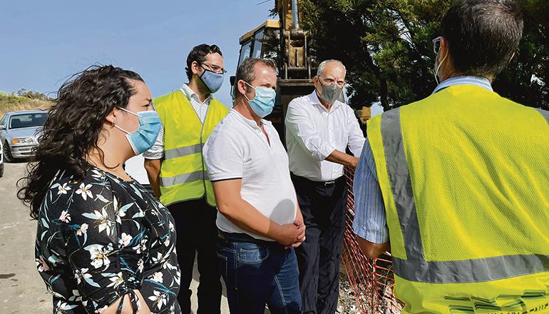 Cabildo-Präsident Curbelo nahm die Arbeiten zur Installation der Ladesäulen in Augenschein. Foto: cabildo de la gomera